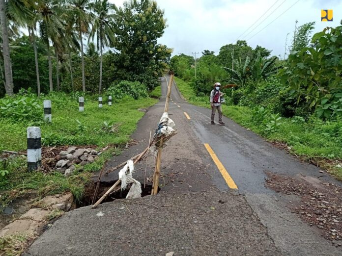 Infrastruktur jalan yang rusak pasca diterjang banjir bandang di NTT