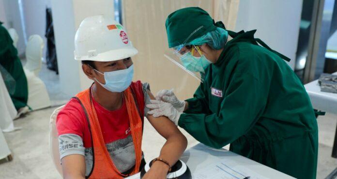 Kegiatan vaksinasi covid-19 oleh Rajawali Property Group di Jakarta Selatan