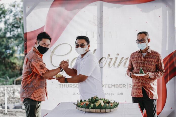 Direktur PT Teratai Agung Kencana, I Gede Arya Wijaya (tengah) melakukan pemotongan tumpeng saat prosesi launching proyek Teratai Grand Village yang berlokasi di Canggu, Bali